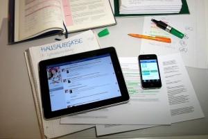 Tablet und Handy auf Schreibtisch