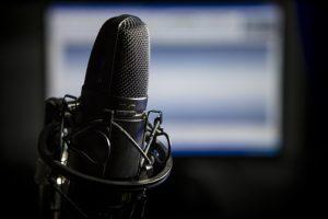 Radiomikrofon vor Bildschirm